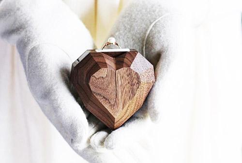 تزئینات ویترین طلا فروشی با استفاده از المان های چوب با شکل قلب یا موارد مشابه